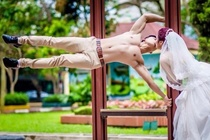Cap 9X chup anh cuoi phong cach the duc duong pho hinh anh