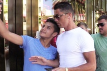 Ronaldo lanh lung day fan muon chup anh cung hinh anh