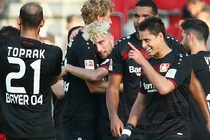 Chicharito lap hat-trick giup Leverkusen gianh chien thang hinh anh