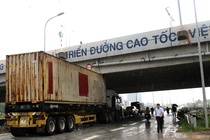 Thung container dinh chat vao gam duong cao toc hinh anh