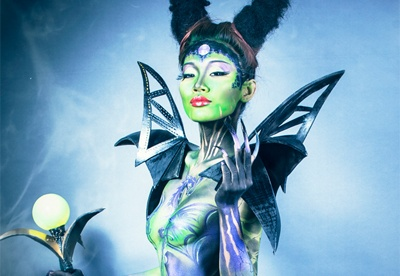 Co giao ve body painting phu thuy Maleficent hinh anh