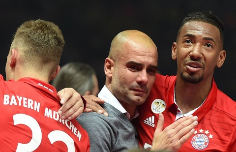 Guardiola khoc nuc no trong ngay Bayern doat cup Quoc gia hinh anh