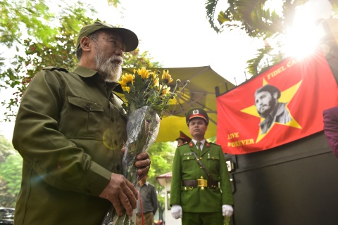 Ha Noi treo co ru ngay quoc tang tuong nho Fidel Castro hinh anh