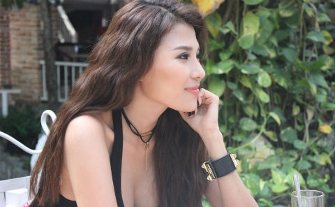 Thuy Diem khoe nguc day tren truong quay hinh anh