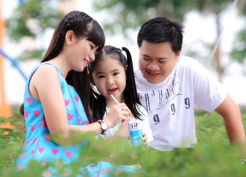 Hieu dung ve nghi van sua tuoi gay day thi som cho tre hinh anh