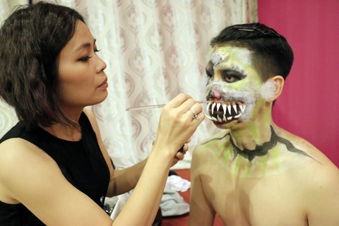 Ung dung body painting vao nhac kich hinh anh