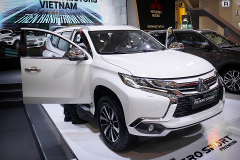 Pajero Sport 2016 gia tu 1,4 ty, canh tranh Toyota Fortuner hinh anh