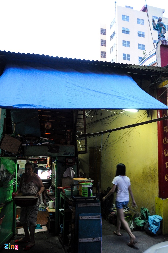 Seven people live in 2 sq.m house in Saigon: in pictures