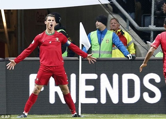 Ibra 2-3 CR7: Lap hat-trick, Ronaldo doat ve du World Cup hinh anh 12