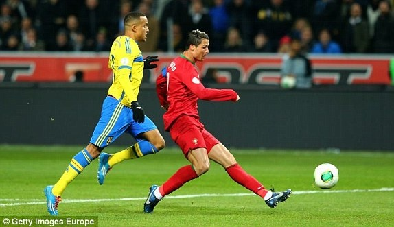 Ibra 2-3 CR7: Lap hat-trick, Ronaldo doat ve du World Cup hinh anh 13
