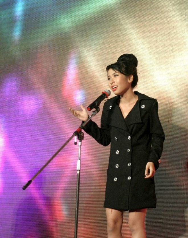 Nu sinh y duoc dien thoi trang voi ao blouse hinh anh 11