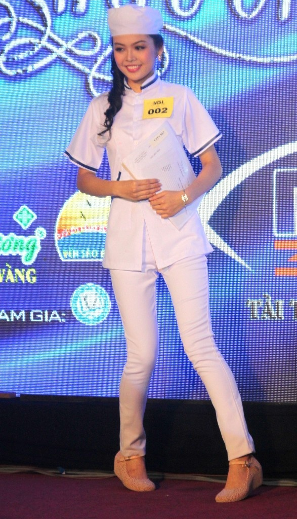 Nu sinh y duoc dien thoi trang voi ao blouse hinh anh 3