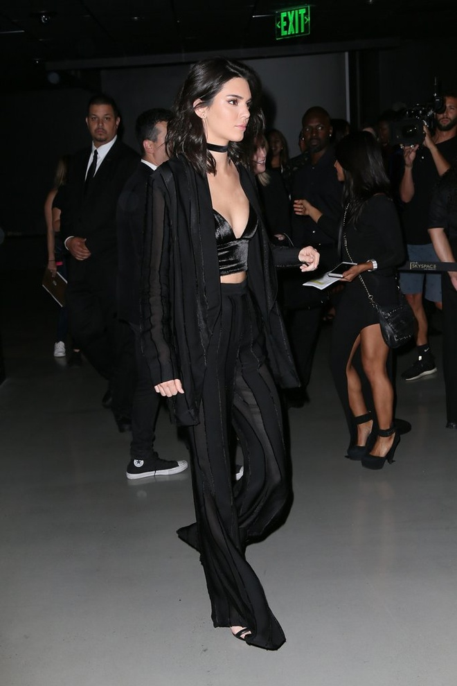 Street style khoe eo thon cua Kendall Jenner trong thang 7 hinh anh 13