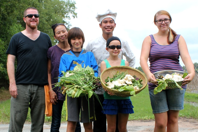 Photos: Foreign tourists learn how to be farmers, chefs in Saigon