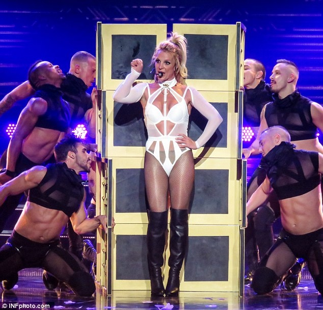 <a target='_blank' href='http://www.phunuvagiadinh.vn/tag/britney-spears'>Britney Spears</a> ngay cang thon tha, goi cam tren san khau hinh anh 1