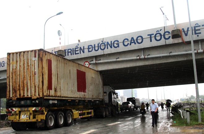 Thung container dinh chat vao gam duong cao toc hinh anh 1